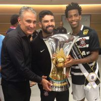 Bruno Mazziotti (center) raises the cup with Corinthians' Head Coach Tite (Adenor Leonardo Bacchi)